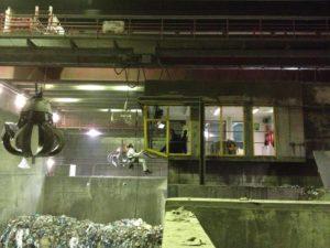 Glasreinigung einer Krankanzel im Kraftwerk